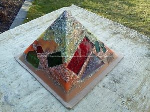 Pyramid Orgonite 12 Holland 11, bijenwas, kristallen, mineralen, metalen, ducth glas