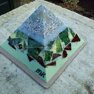 Pyramid Orgonite 12 Holland 03, bijenwas, kristallen, mineralen, metalen, ducth glas