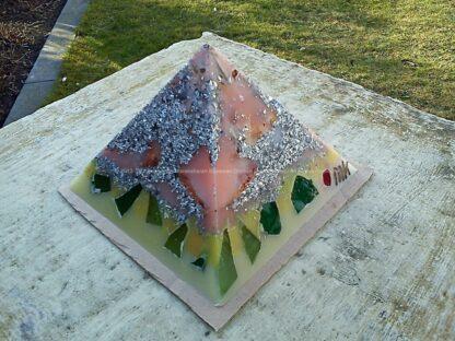 Pyramid Orgonite 12 Holland 09, bijenwas, kristallen, mineralen, metalen, ducth glas