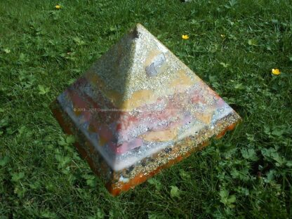 Pyramid Orgonite Crystal Apple, bijenwas, kristallen, mineralen, metalen.