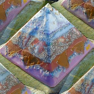Pyramid Orgonite Netherlands Channels, bijenwas, mineralen, metalen, kristallen.