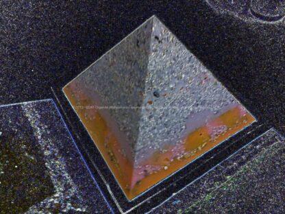 Pyramid Orgonite 17 Lille Sky, bijenwas, kristallen, mineralen, metalen.