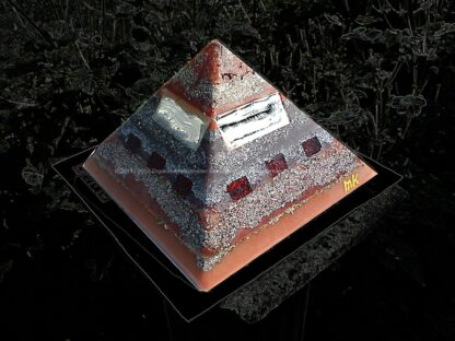 Pyramid Orgonite Dutch Shine, bijenwas, kristallen, mineralen, metalen.