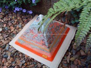 Pyramid Orgonite Germany Border, bijenwas, kristallen, mineralen, metalen.