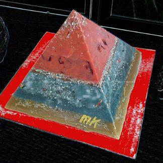 Pyramid Orgonite 17 Cinnamon Moon, bijenwas, kristallen, mineralen, metalen.