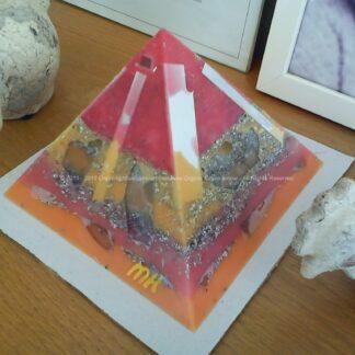 Pyramid orgonite 17 Multi Flavour, bijenwas, kristallen, mineralen, metalen.