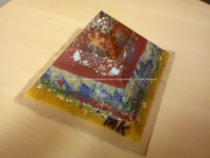 Pyramid orgonite Christmas Dreams 03, bijenwas, kristallen, mineralen, metalen.