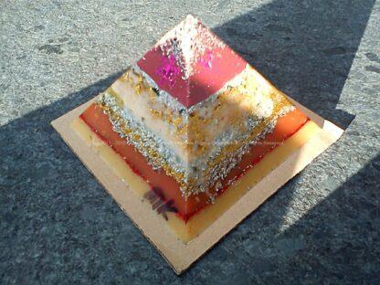 Pyramid orgonite Christmas Dreams 01, bijenwas, kristallen, mineralen, metalen.