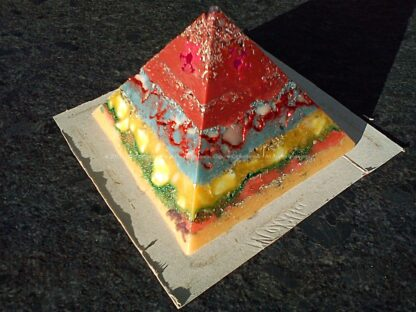 Pyramid orgonite Christmas Dreams 02, bijenwas, kristallen, mineralen, metalen.