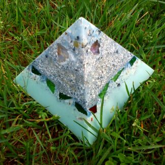 Orgonite pyramid quartz shungite 013