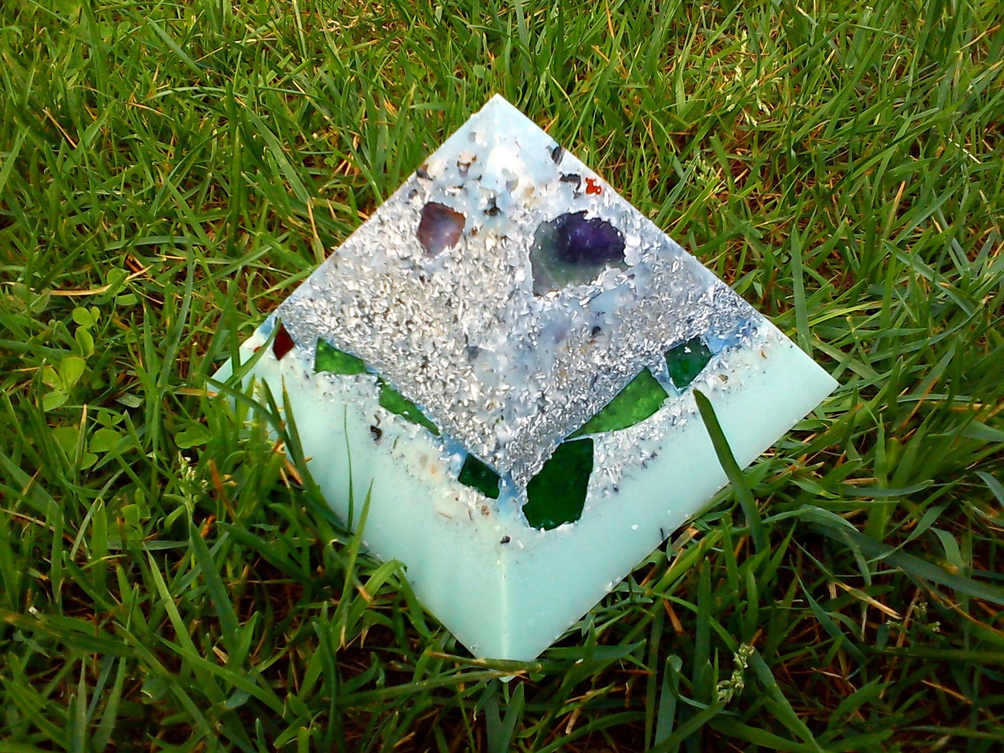 Orgonite pyramid quartz shungit 013