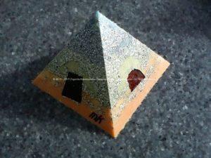 Pyramid Orgonite 17 Faith, bijenwas, kristallen, mineralen, metalen.