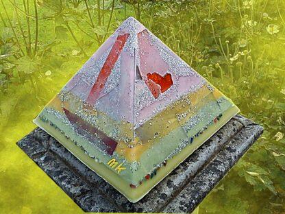 Pyramid Orgonite Europe Arlecchino, bijenwas, mineralen, kristallen, metalen.
