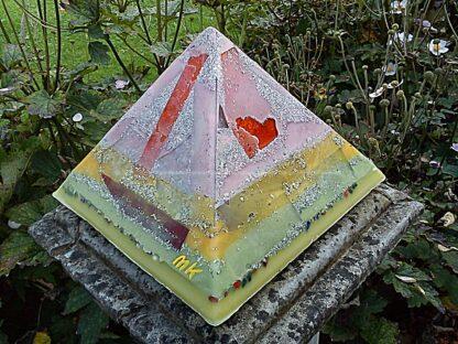 Pyramid Orgonite Europe Arlecchino, bijenwas, kristallen, mineralen, metalen.