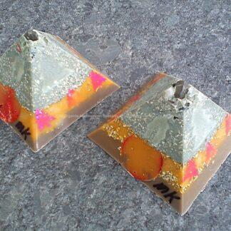 Pyramid orgonite 9 cm 011, bijenwas, kristallen, mineralen, metalen.