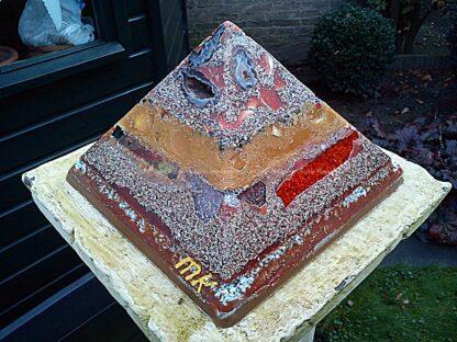 Pyramid Orgonite 11-11, bijenwas, kristallen, mineralen, metalen.