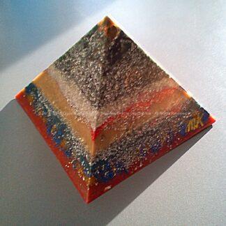 Pyramid Orgonite 17 Inside Eye, bijenwas, kristallen, mineralen, metalen.