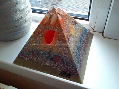 Pyramid Orgonite 17 Silver leaves, bijenwas, kristallen, mineralen, metalen.