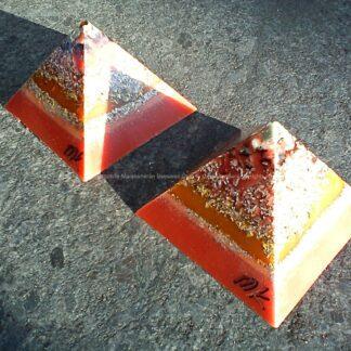 Pyramid Orgonite 9 cm 013, bijenwas, kristallen, mineralen, metalen.