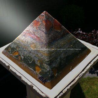 Orgonite Pyramid 24 Proton Storm, bijenwas, kristallen, mineralen, metalen.