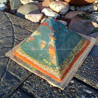 Orgonite pyramid 19 May, bijenwas, kristallen, mineralen, metalen.
