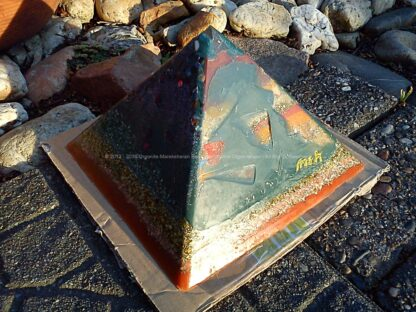 Orgonite pyramid 19 May, bijenwas, kristallen, mineralen, metalen.