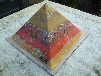 Pyramid Orgonite Netherland 2 - 001, bijenwas, kristallen, mineralen, metalen.