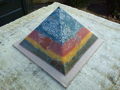 Pyramid Orgonite Netherland 2 - 002, bijenwas, kristallen, mineralen, metalen.