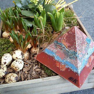 Pyramid Orgonite Netherland 2 - 003, bijenwas, kristallen, mineralen, metalen.