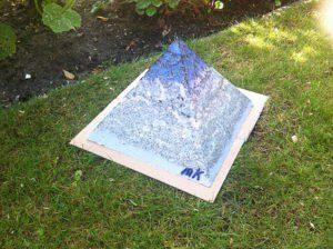 Orgonite Pyramid Vegan Pride, ecosojawas, kristallen, mineralen, metalen.