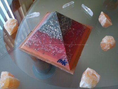 Piramide orgonite Maas 006, bijenwas, mineralen, metalen, Bergkristal en oranje calciet