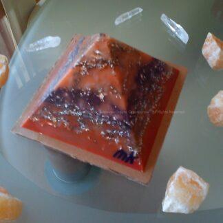 Piramide orgonite Maas 007, bijenwas, mineralen, metalen, Bergkristal en oranje calciet
