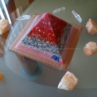 Piramide orgonite Maas 008, bijenwas, mineralen, metalen, Bergkristal en oranje calciet