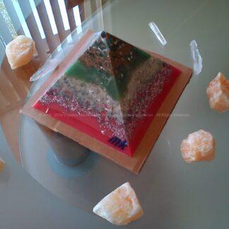 Piramide orgonite Maas 009, bijenwas, mineralen, metalen, Bergkristal en oranje calciet