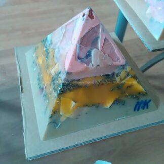 Orgonite Pyramid Quartz Tourmaline 022, Bergkristal, bijenwas, tourmaline , selenit en metalen.