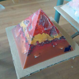 Orgonite Pyramid Quartz Tourmaline 024, Bergkristal, bijenwas, tourmaline , selenit en metalen.