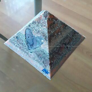 Piramide Orgone Amethyst hart 17cm, bijenwas, Bergkristal, metalen, een orgonite art hart met amethyst kwartz, en oranje calciet.