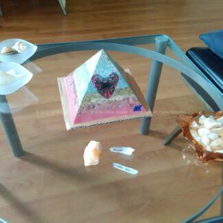 Piramide Orgone Shungite hart 17cm, bijenwas, Bergkristal, metalen, een orgonite art hart met shungite, en oranje calciet.