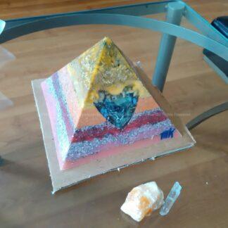 Piramide Orgone Sodalit Hart 17cm, bijenwas, Bergkristal, metalen, een orgonite art hart met blauw sodalit, en oranje calciet.