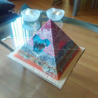 Piramide Orgone smokey hart 17cm, bijenwas, Bergkristal, metalen, een orgonite art hart met smokey kwartz, en oranje calciet.