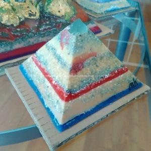 Piramide orgonite Roer 001 12 cm, bijenwas, fluoriet, pyriet, metalen.