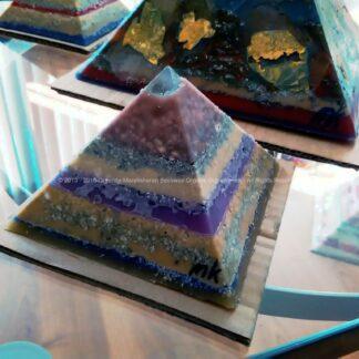 Piramide orgonite Roer 002 12 cm, bijenwas, fluoriet, pyriet, metalen.