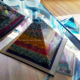 Piramide orgonite Roer 003 12 cm, bijenwas, fluoriet, pyriet, metalen.
