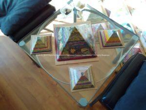 Piramide orgonite Roer 12 cm, bijenwas, fluoriet, pyriet, metalen.