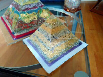 Fluorite 17 cm piramide orgonite, bijenwas, fluoriet, pyriet en metalen.