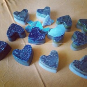 Kunst Harten Piramide Orgonite 24 cm, rock quartz, datolite, green quartz and 12 orgonite hearts, beeswax and metals.