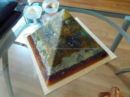 Kunst Harten Piramide Orgonite 24 cm, rock quartz, datolite, green quartz and 12 orgonite hearts, beeswax and metals.