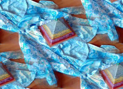 Limburg Carnaval Orgonitepiramide 24 cm, bergkristall, bijenwas, metalen en mineralen.