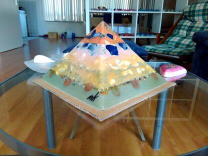 Wilhelm 24 cm pyramid orgonite, mineralen, kristallen, metalen en bijenwas.