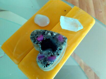 Piramide Orgone Tourmalijn Hart 17 cm, bergkristallen, een tourmalijn hart, bijenwas en metalen.